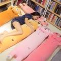 女孩床上抱著陪你睡覺的抱枕長條枕娃娃毛絨公仔可愛懶人軟萌娃娃