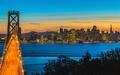 供像繪畫一樣的墻紙海報(能剥下來的封條式)黄昏的舊金山·奥克蘭·嬰兒垅夜景橋人物黑SFC-013W2(寬開603mm*376mm)建築使用的墻紙+耐候性塗料室內裝飾 real-inter