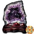 紅運當家 超優質 巴西天然紫水晶洞 +台灣木製底座(淨重4.8公斤),天然深紫色,財氣只進不出,招財化煞 好品相