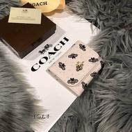 กระเป๋าสตางค์แบรนด์เนมCOACHถ่ายภาพจากของจริงทุกภาพ ✏: size :4.5 นิ้ว มีถุงผ้าพร้อมกล่องแบรนค์มีให้เลือกหลายสี