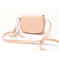 1220:)最後現貨 MANGO熱銷實用基本款 超美粉色流蘇馬鞍包  物超所值