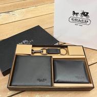 ซื้อ 1 ได้ถึง 3 !! Coach Box Set ชุดกระเป๋าสตางค์ใบสั้นและกระเป๋าใส่บัตร หนังแท้คุณภาพดีมาพร้อมพวงกุญแจ ปั้มโลโก้แบรนด์ COACH่ FACTORY SHORT WALLET WITH CARD POCKET & KEY CHAIN(งานแบรนด์แท้)