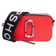 【MARC JACOBS 馬克賈伯】Snapshot系列雙J金屬LOGO防刮牛皮手拿/斜背相機包(小-螢光紅M0014503-672)