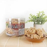 -月華齋花生杏仁糖(300公克/桶裝)- 月華齋餅舖,禾堉食品出品,使用台灣9號花生,口感酥脆,是低糖無負擔的休閒零食。