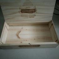 有蓋的紅酒木箱可放六瓶酒 外觀有點小髒