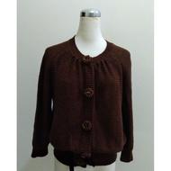 徐明美  設計師摩卡色珠鑽釦質感針織上衣外套~XL(版較小)