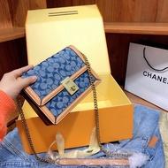 [ของแท้] จัดส่งฟรี COACH Hatton กระเป๋าทรงสี่เหลี่ยมใบเล็ก กระเป๋าสะพายผู้หญิงที่ทันสมัยทุกแบบ กระเป๋าสะพายข้าง กระเป๋าถือ สีที่เข้ากันกับผ้าใหม่ กล่องต้นฉบับเดิม