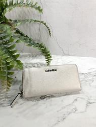 美國百分百【Calvin Klein】皮夾 CK 長夾 手拿包 女包 皮革 錢包 鈔票 女 logo 銀色 J027