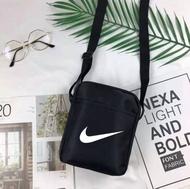 พร้อมส่ง กระเป๋าสะพายข้าง กระเป๋าสะพายใบเล็ก กระเป๋าเดินทาง ใส่ของได้เยอะ ง่ายต่อการจับคู่ คุณภาพดี ทรงสวยโทนสีดำ ขนาด20cmX16cm