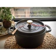 ❤️哈日媽咪的愛敗日記💕 日本進口 22cm法國製 Staub 鑄鐵圓鍋 史大伯 ( 黑)