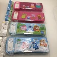 寶貝屋 POLI波力/粉紅豬小妹溫度計放大鏡削筆 開學用品 POLI 波力 文具組 鉛筆盒 兩面雙層按鈕多功能鉛筆盒