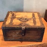 歐洲市集 爺爺年齡的老木箱