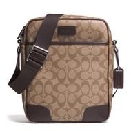 กระเป๋าสะพาย COACH แท้ กระเป๋า Coated Canvas ลาย Signature และหนังแท้ สายผ้า ปรับความยาวสายได้ ทรงยอดนิยม COACH 71167 Men Heritage Signature Flight Bag Khaki