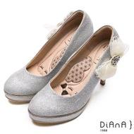 【DIANA】漫步雲端瞇眼美人款-側蕾絲水鑽蝴蝶飾釦婚鞋(白銀)