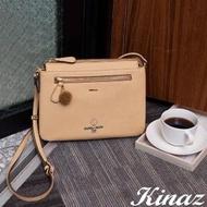 【KINAZ】查理布朗聯名款 輕巧雙層扁型毛球斜背包-微笑奶蜜黃-心動系列
