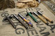 五度木作 手工木製鋼珠筆(黑柿木、橘藍壓克力) 鋼筆(綠色穩定木、黃連木、台灣黃檜) 木頭筆 手作 木製筆