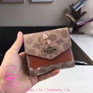 New Coach F67246 กระเป๋าสตางค์ผู้หญิงใบสั้นแฟชั่นของแท้ กระเป๋าสตางค์หนังมินิลายดอกไม้ กระเป๋าใส่เหรียญ แพ็คเกจการ์ด กระเป๋าสตางค์ กระเป๋าสตางค์