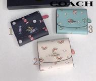 Coachกระเป๋าสตางค์ใบสั้นแฟชั่นสำหรับผู้หญิงกระเป๋าสตางค์สามพับกระป๋องวางเปลี่ยนรูปแบบน่ารักลดราคา