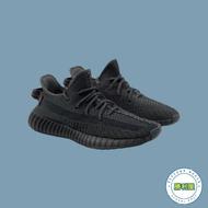 【ADIDAS】YEEZY 350 V2 TRIPLE BLACK 男鞋 休閒鞋 全黑 反光 BOOST 黑魂 限量款 FU9006【勝利屋】