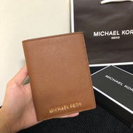 MK 素面真皮防刮護照夾 經典棕 卡片包 護照 手拿包 MICHAEL KORS 現貨 美國代購