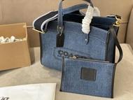 (จัดส่งฟรี) บัญชีอย่างเป็นทางการ 100% [ของแท้] จัดส่งฟรีกระเป๋าผ้าแคนวาส Coach กระเป๋าช้อปปิ้งผ้าแคนวาส feild30 กระเป๋าสะพายไหล่กระเป๋าสะพายข้างกระเป๋าสะพายข้าง ขนาด: 30 * 25 ซม. กล่องเดิม [ภาพถ่ายจริง 100%] จัดส่งทันที
