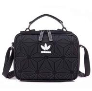 กระเป๋า _adidas_ Originals 3D Mini Airliner Style Shoulder Bag กระเป๋าสะพายข้าง แนว Sport วัสดุด้านหน้าเนื้อ Matte ผสมหนัง