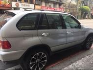 自售總代理汎德 原廠漆銀色2001 BMW X5 4.4i sport  原廠引擎無維修 黑色天窗,記憶跑車座椅💺,恆溫原廠6顆安全氣囊,感應式水平氣墊彈簧,前4後4感應雷達,20吋///M鋁圈,10吋液晶螢幕+導航+征服者雷達偵測器 NT 200000 可議價 車在新北市。 里程數:125000km 有意者歡迎與我聯絡。