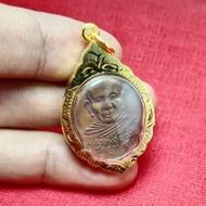 [ฟรีผ้ายันต์] จี้เหรียญพ่อท่านคล้ายหน้าตรง เนื้อทองแดงเลี่ยมทองไมคร่อน ปลุกเสกแล้ว งานสวย คุณภาพดี เก็บเงินปลายทาง