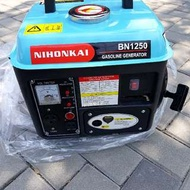 NlHOKAl BN1250發電機2行程加混合油 二行程加混合機油 50:1 型號BN1250 單缸氣冷式 二行程 體積尺寸 390x330x330 重量 17KG 汽缸 63cc 額定電壓:110V  直流輸出:DC12V-8.3A 頻率(HZ):60  使用方式:92或95汽油 混合二行程機油 汽機油混合比率要準確(50:1)