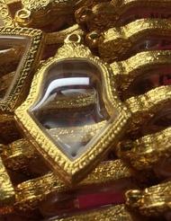 กรอบพระท้าวเวสสุวรรณ ทรงจำปีพิมพ์ใหญ่ เนื้อทองเหลืองชุบเกลือทองแท้ เหมือนทองแท้ใช้ทนมาก กรอบพระสำเร็จรูป พร้อมห่วง