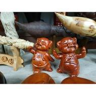 檜木豬全身是寶,豬肉可吃,豬是財富的象徵,店鋪里,招財豬擺放風水得當,更能招財運水,生意興隆。一對2隻