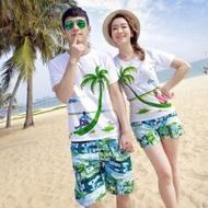 เสื้อคู่ ชุดคู่ไปเที่ยวทะเลชาย +หญิง เสื้อยืดสีขาวคนนั่งใต้ต้นมะพร้าว กางเกงขาสั้นสีเขียว +พร้อมส่ง