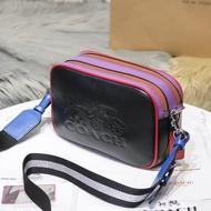 代購COACH蔻馳 F91082新款雙拉鏈相機包 荔枝紋真皮 拼色單肩包 經典馬車LOGO寬背帶斜跨包 百搭側背包