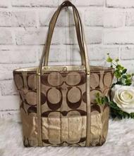 กระเป๋ามือสอง COACH งานผ้าแต่งหนัง ภายในซับผ้าลายสะอาดเรียบร้อย ราคา : 550฿ กว้าง 13นิ้ว สูง 9.5นิ้ว ฐาน 3.5นิ้ว