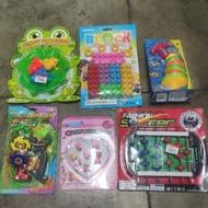 彈跳青蛙 戰鬥陀螺 積木玩具 三入卡裝陀螺 飾品戒指組 足球場對打888