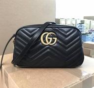 Gucci GG Marmont 24 cm 中款立體浮雕山型紋相機包 黑色