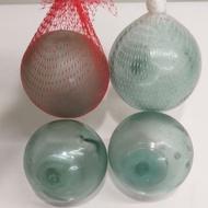 玻璃球  早期漁船漁網用的浮標(現已改為塑膠球) 紅白色網子是裝蒜頭 洋蔥等農產品。 日益減少的玻璃球值得收藏
