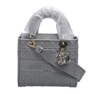 【Dior 迪奧】經典Lady Dior藤格紋刺繡手提/肩背黛妃包(中-灰色M0565OREY_M950)