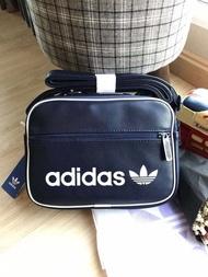 Adidas Crossbody Bag - Mini Airliner Vintage กระเป๋าสะพายข้างแนว sport วัสดุ pu กันน้ำ ภายในกว้างใส่มินิไอแพคได้ แท้100%