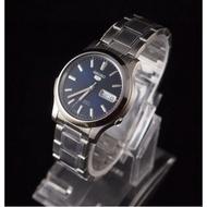 โปรแรง! แถมฟรีผ้าเช็ด (จัดส่งฟรี) นาฬิกาแบรนแท้ 100% นาฬิกาข้อมือผญ ผช นาฬิกาผู้หญิง ผู้ชาย SEIKO 5 Automatic รุ่น SNK793K1 นาฬิกาผู้ชาย สายแสตนเลสสีเงิน หน้าปัดสีน้ำเงิน -ของแท้ 100% ประกันศูนย์ Seiko 1 ปีเต็ม