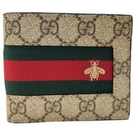 GUCCI  經典GG Supreme緹花布綠紅綠織帶蜜蜂刺繡圖案牛皮襯裡折疊短夾(棕色)