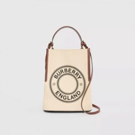 【BURBERRY】小型徽標圖案棉質帆布 Peggy 水桶包-自然色/棕褐色