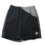 【FILA】運動褲 短褲 黑灰 拼接 側邊串標 休閒 男(1SHV1443BK)