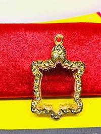กรอบเต่า กรอบทองล้อมเพชร ใส่ หลวงปู่หลิว หลวงปู่แสน กรอบเต่าขนาด ยาว 5.0 ซม กว้าง 3.4 ซม