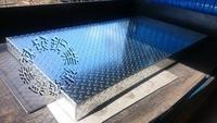 速發~擺攤架高墊高底座花紋鍍鋅板~止滑板~台階~走道斜板蓋板樓梯板~平台腳踏板~水溝蓋~DIY~封板除臭氣(免費設計)