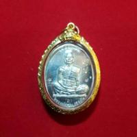 เหรียญหลวงพ่อคูณ รุ่นเจริญพรบนเต็มองค์ ตัวหนังสือโค้ง เนื้อเงิน 3โค้ด  ปี2536 เลี่ยมทองคำแท้