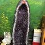 帶官帽滿天星 紫水晶洞 紫鈦晶洞 擺件 紫水晶𥚃面長滿了鈦晶 超級紫能量強招財進寶 收藏價25800元