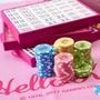 Hello Kitty 環遊世界機場限定版麻將,內附籌碼和二副撲克牌、桌墊牌尺⋯麻將配備該有的都有。