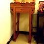 辦公室的小神桌 2尺28小神桌 柚木小佛桌 公司佛堂設計 迷你小供桌樣式 招財進寶木雕神明聯 心經木雕聯 中日宗教藝術