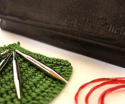 Addi 可替換式蕾絲針組合 :: Addi 蕾絲可替換式輪針組,一般、蕾絲、竹製組合,實用精緻好攜帶!
